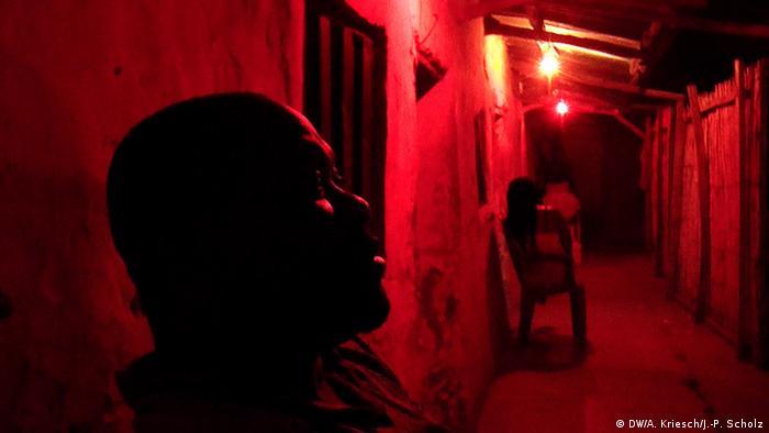 Schleuser in einer Hinterhof-Bar (Foto: Scholz/Kriesch)