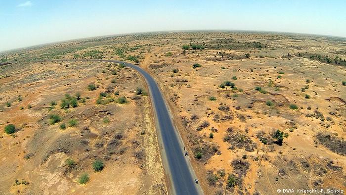 Straße zwischen der nigerianisch-nigrischen Grenze und Agadez (Foto: Scholz/Kriesch)