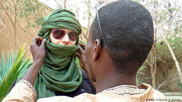 Reporter Adrian Kriesch mit Tuareg-Kopfbedeckung (Foto: Scholz)