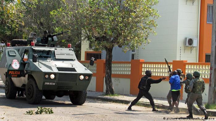 Mosambik Beira Sicherheitskräfte verhaften Renamo Anhänger (picture-alliance/dpa/A. Catueira)