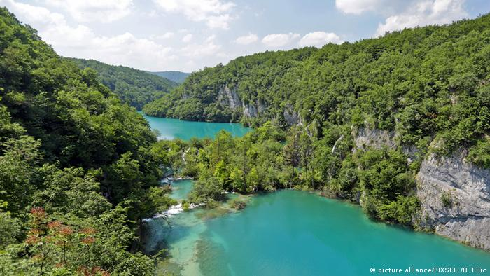 Foto of two lakes surrounded by forest in Plitvice Lakes National Park in Croatia.