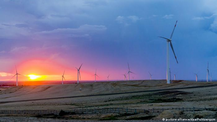 Wind turbines whirl in the sunset in Burquin county, northwest China (picture-alliance/dpa/Pulitzergum)