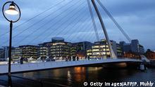 Irland Dublin Finanzdistrikt hinter Brücke
