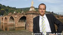 picture-alliance/dpa/R.Wittek Eckart Würzner (parteilos) sitzt auf einer Brüstung vor der Alten Brücke in Heidelberg (Foto vom 10.10.2006). Würzner ist einer von neun Kandidaten für die Oberbürgermeisterwahl am 22. Oktober 2006 in Heidelberg. Foto: Ronald Wittek dpa/lsw +++(c) dpa - Report+++