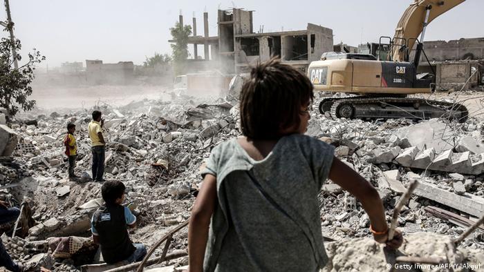 Ein Kind im zerstörten Kobane (YASIN AKGUL/AFP/Getty Images)