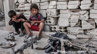 Παιδιά μέσα σε συντρίμμια στο Κομπανί στης βόρειας Συρίας