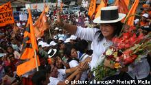 27. Jan. 2016 In this Jan. 27, 2016 photo, presidential candidate Keiko Fujimori sports a traditional hat during a campaign rally in Ayacucho, Peru. For the 40-year-old Fujimori, her father's legacy is a blessing and a curse. Many Peruvians simply can't separate the younger Fujimori from her father, Alberto Fujimori, who is serving concurrent 25-year prison terms for corruption and sanctioning death squads. (AP Photo/Martin Mejia) (C): picture-alliance/AP Photo/M. Mejia