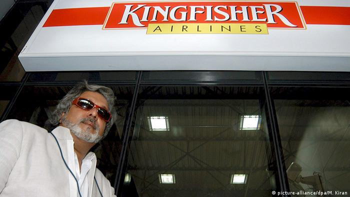 Indien Bangalore Airport VVijay Mallya unter Kingfisher Airlines LOGO (picture-alliance/dpa/M. Kiran)