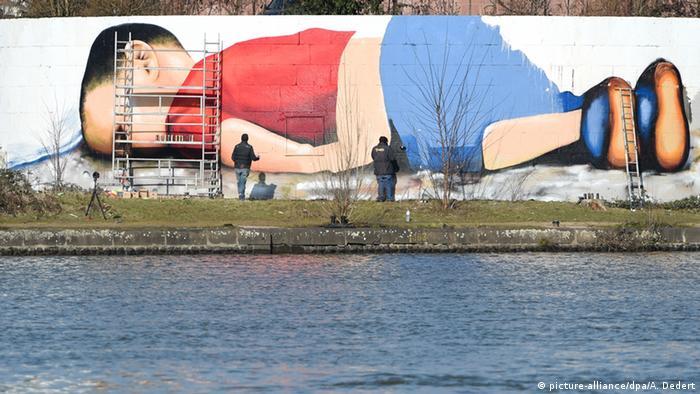Deutschland Aylan Kurdi als Graffiti in Frankfurt am Main
