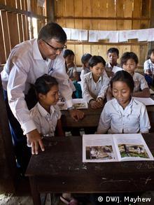 Kambodscha Bildungsangebote für ethnische Minderheiten Minister und Schülerin