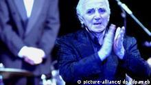 In blaues Licht getaucht applaudiert Charles Aznavour am Montag (20.02.2006) in der Essener Philharmonie seinem Publikum. Als Charles Aznavour «Adieu» sagt, hält es seine Zuhörer längst nicht mehr in den Sesseln. Stehend applaudiert das Publikum in der ausverkauften Philharmonie Essen am Montag dem 81 Jahre alten Chansonnier. Und selbst Aznavour scheint am Ende seines fast zweistündigen Konzerts ein bisschen bewegt: Handküsse wirft er, lässt seine Augen über die voll besetzten Reihen schweifen und sagt knapp auf Französisch: «Wir hatten schöne Momente, Danke fürs Kommen.» Foto: Christoph Giese dpa/lnw (zu dpa-KORR: Charles Aznavour sagt «Adieu» - «Wir hatten schöne Momente» vom 21.02.2006) +++(c) dpa - Report+++ Schlagworte Kultur, Musik, Personen