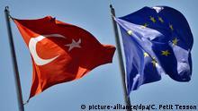Die türkische Fahne weht am 08.06.2009 in Istanbul neben der Fahne der Europäischen Union. Der mögliche EU-Beitritt der Türkei wird seit längerer Zeit kontrovers diskutiert. Foto: Christophe Petit Tesson +++(c) dpa - Report+++ Copyright: picture-alliance/dpa/C. Petit Tesson