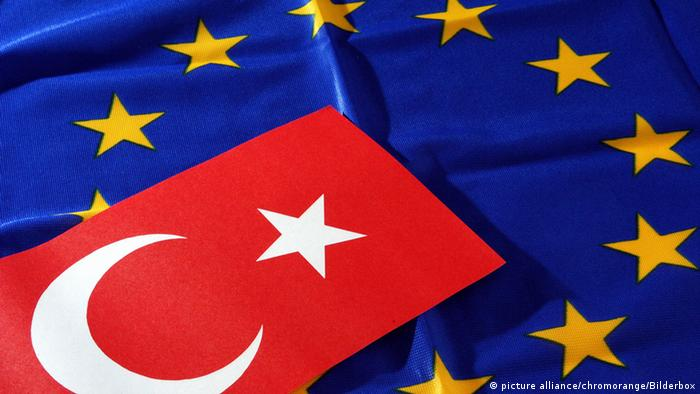Flaggen von EU und Türkei (Illustration: picture alliance/chromorange)