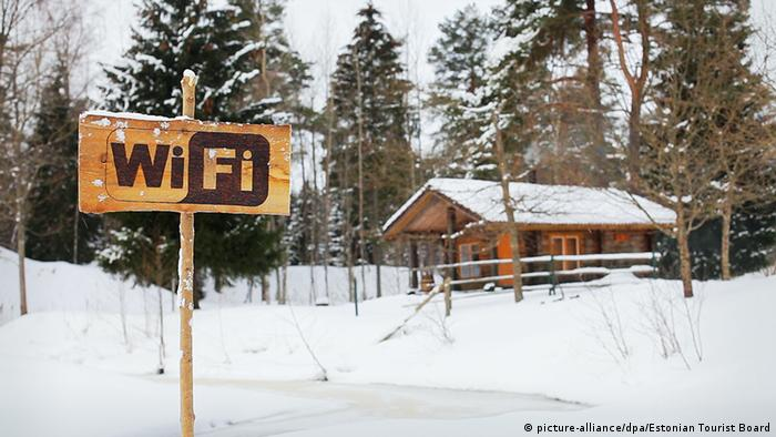 A WiFi sign outside a snowed-in cabin in Estonia (picture-alliance/dpa/Estonian Tourist Board)