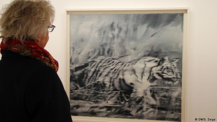 Besucherin vor einem Gemälde von Gerhard Richter, das einen Tiger zeigt, Foto: DW/Stefan Dege