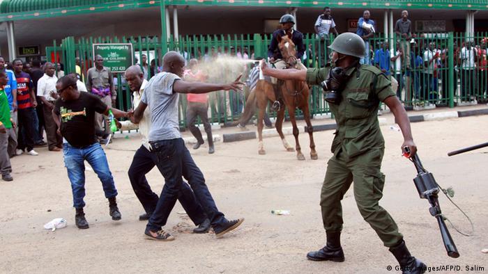 Zusammenstöße zwischen Demonstranten und Polizei in Sambias Hauptstadt Lusaka (Foto: Getty Images / AFP)
