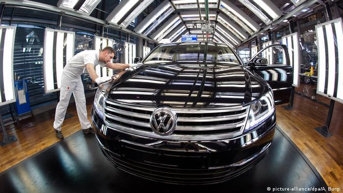 Рабочий осматривает VW Phaeton на Стеклянной мануфактуре