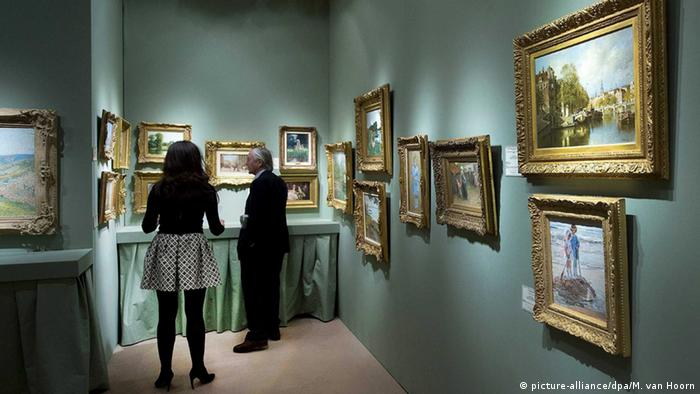 A look into a stand at TEFAF Foto: picture-alliance/dpa/M. van Hoorn
