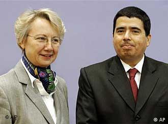 Der UN-Sonderbeauftragte Vernor Muñoz (r.) und Bundesbildungsministerin Annette Schavan