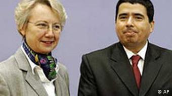 Der UN-Sonderbeauftragte für das Recht auf Bildung, Muñoz (r.)und Bundesbildungsministerin Schavan (Quelle: AP)