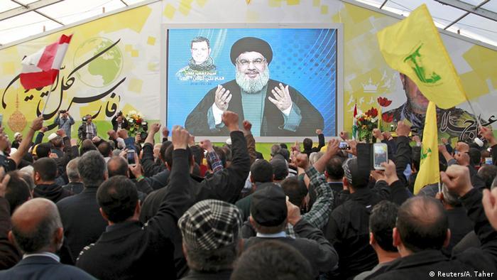 Anhänger der Schiitenorganisation während einer übertragenen Rede des Hisbollah-Chefs Hassan Nasrallah (Foto: Reuters)