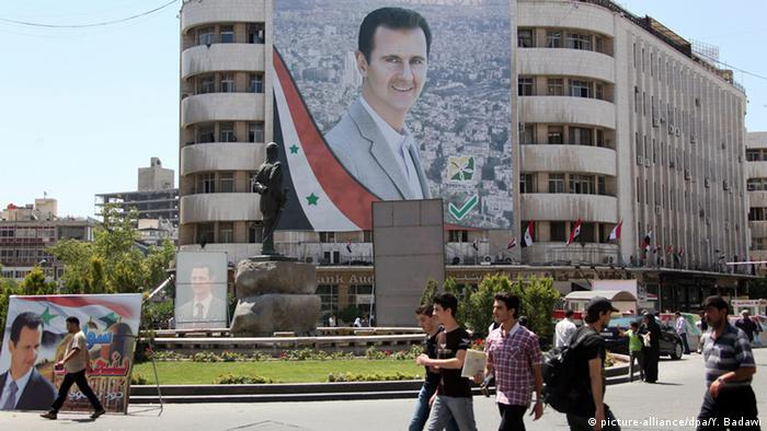 Syrien Porträt von Baschar al-Assad in Damaskus (picture-alliance/dpa/Y. Badawi)