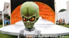 19.05.2015 *** A figure representing a green alien is positioned in front of the permanent flying saucer replica in Mars, Pa. on Friday, June 19, 2015. The small western Pennsylvania town has NASA joining in with a weekend celebration of the Northern Hemisphere Spring Equinox on the planet Mars, marking the start of a new year on the red planet which lasts about 687 Earth days. NASA provided exhibits, booths and outreach activities for the three-day celebration. (AP Photo/Keith Srakocic) Copyright: picture-alliance/AP Photo/K. Srakocic