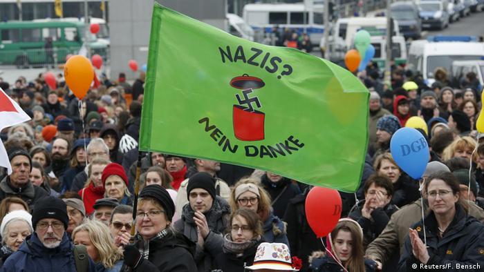 Berlin Demonstration Neonazis Regierungsviertel Gegendemonstranten