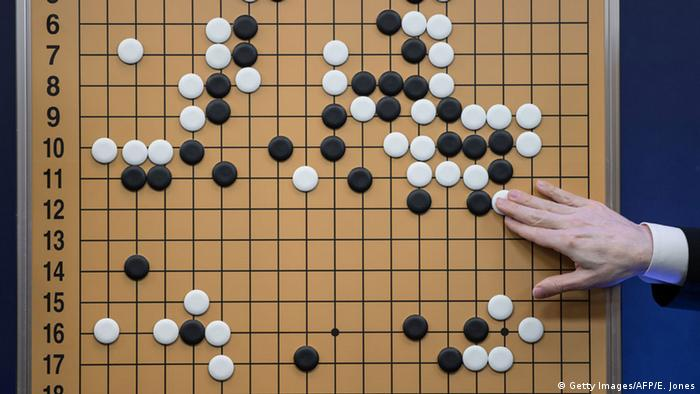 Spielsituation im Match zwischen Lee Sedol und AlphaGo (Foto: Getty Images/AFP/E.Jones)