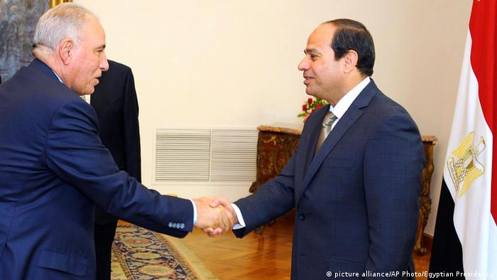Egyptian President Abdel-Fattah el-Sissi, right, shakes hands with newly-appointed Justice Minister Ahmed el-Zind during a swearing-in ceremony in Cairo, Egypt (Photo: picture alliance/AP Photo/Egyptian Presidency)