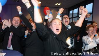 Сторонники АдГ празднуют успех своей партии в Саксонии-Анхальт