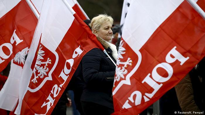Foto simbólica de una mujer con banderas de Polonia