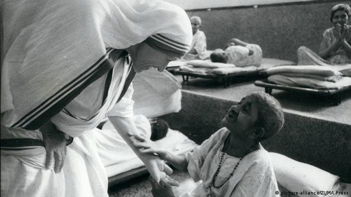 Indien Mutter Teresa mit einem kranken Kind in Kalkutta