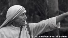 ARCHIV ***** MUTTER TERESA (Geboren als am 27. August 1910 in Skopje; Starb am 5. September 1997 in Kalkutta, Indien), römisch-katholische Ordensfrau albanischer Herkunft, Gründerin des Ordens Missionarinnen der Nächstenliebe, erhielt 1979 den Friedensnobelpreis. Am 19. Oktober 2003 wurde sie von Papst Johannes Paul II selig gesprochen. Photo: Mother Teresa (1972) MOTHER TERESA (born as Agnes Gonxha Bojaxhiu 26 August 1910; died 5 September 1997), was a Roman Catholic nun who founded the Missionaries of Charity and won the Nobel Peace Prize in 1979 for her humanitarian work. For over forty years she ministered to the poor, sick, orphaned, and dying in Kolkata (Calcutta), India. © picture-alliance/united archives