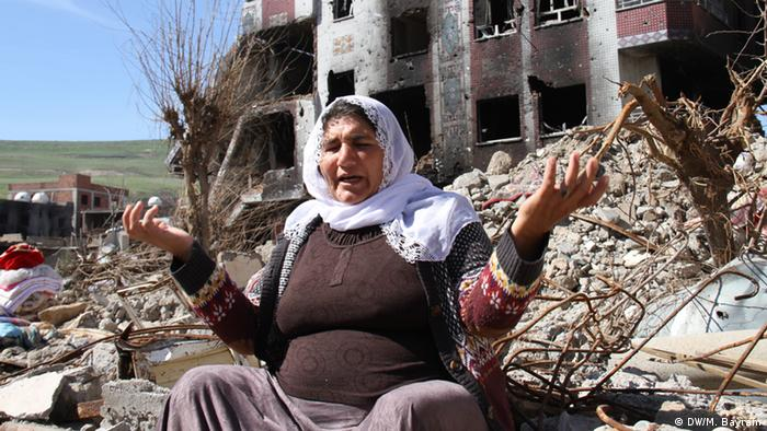 a woman sitting in rubble Copyright: Murat Bayram