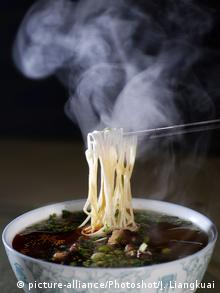 China Rindfleisch Nudelsuppe (picture-alliance/Photoshot/J. Liangkuai)