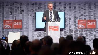Politician Günther Oettinger speaking at a podium at the CEBIT conference Copyright: Reuters/N. Treblin