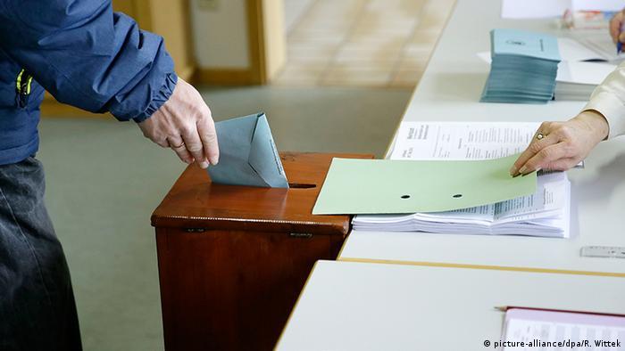 Bildergalerie Deutschland Landtagswahlen Rheinland-Pfalz Wähler (picture-alliance/dpa/R. Wittek)