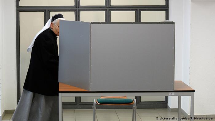 Bildergalerie Deutschland Landtagswahlen Sachsen-Anhalt Ordensschwester (picture-alliance/dpa/R. Hirschberger)