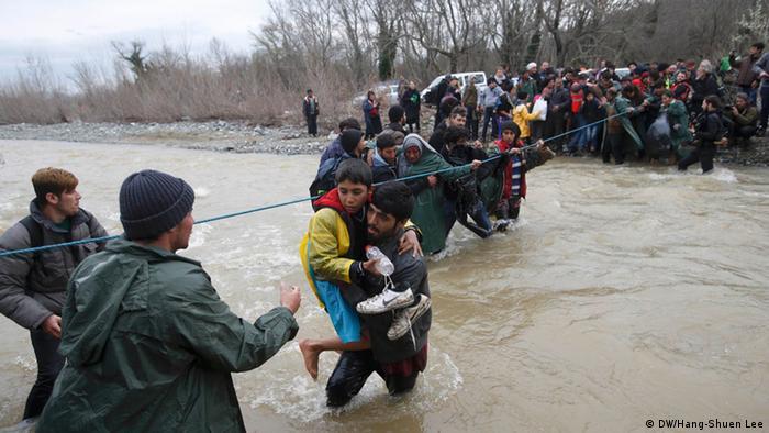 Menschen überqueren einen Fluss (Foto: reuters)