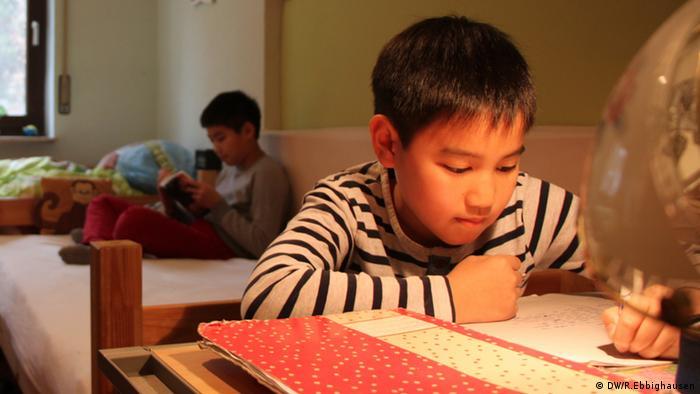Deutschland Vietnamesen Anh Minh und Minh bei den Hausaufgaben