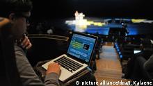 Besucher und Blogger sitzen am Mittwoch (13.04.2011) in Berlin während eines Vortrags des Szenekongresses re:publica im Friedrichstadtpalast. Blogger aus zahlreichen Ländern treffen sich von diesem Mittwoch an in Berlin zur Konferenz über Blogs, soziale Medien und die digitale Gesellschaft, um sich über Neuigkeiten auszutauschen. Foto: Jens Kalaene dpa/lbn
