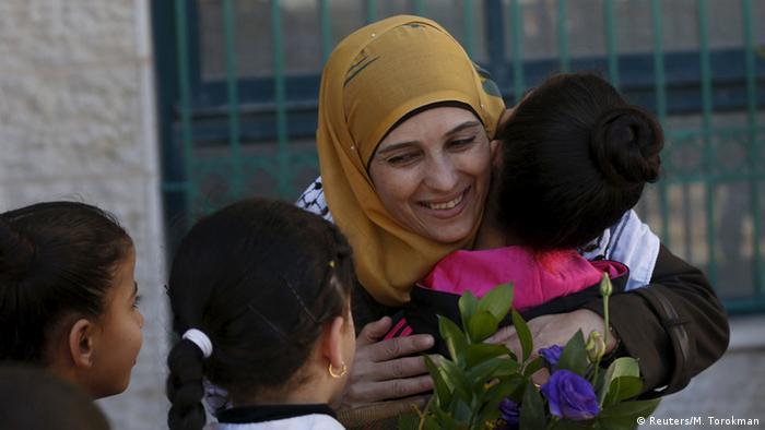 Hanan al-Hrub wird von Kindern begrüßt (Foto: Reuters)