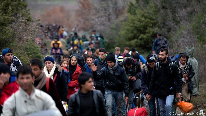 Colunas de refugiados atravessam a fronteira entre Macedônia e Grécia