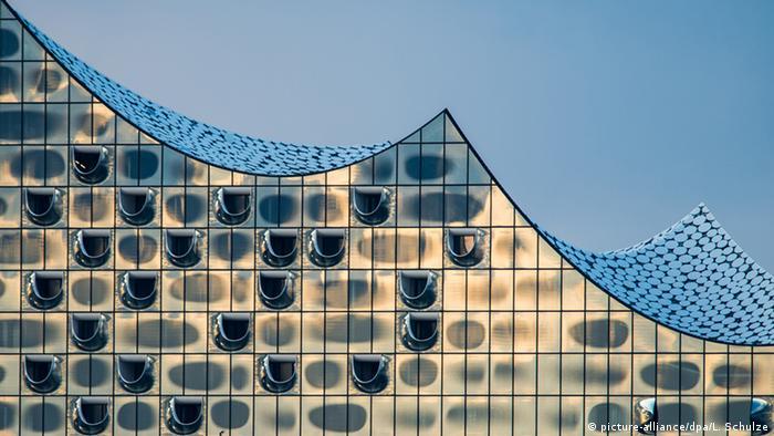Хвилеподібний фасад з вигнутих скляних панелей