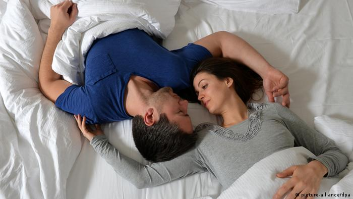 Two people in bed, Copyright: picture-alliance/dpa