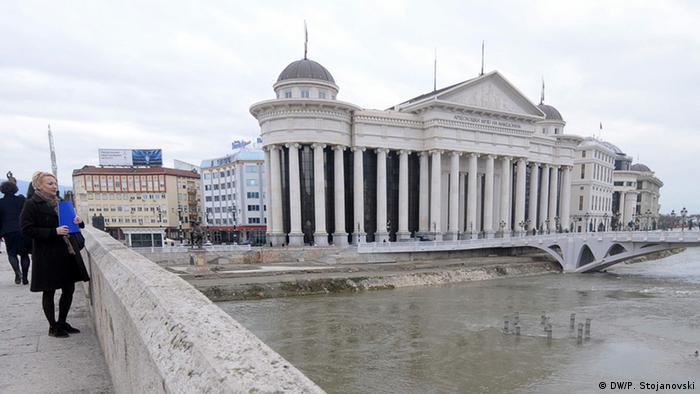 Mazedonien Protest vor dem Verfassungsgericht in Skopje Sicht von der alten Steibrücke