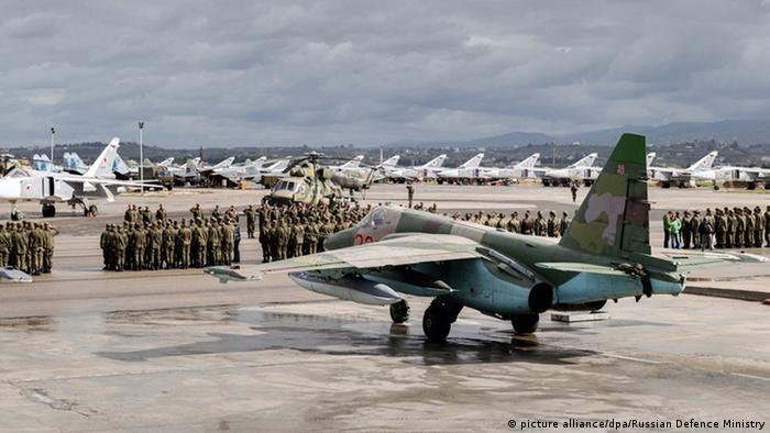 Российские военные и самолеты ВКС РФ на авиабазе Хмеймим в Сирии