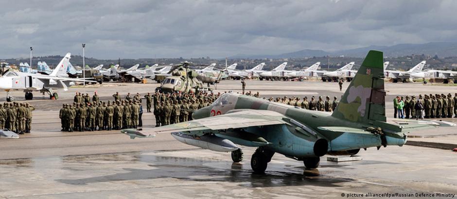 Militares e aviões russos na base aérea de Hmeimim, na Síria