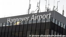 ARCHIV - Der Schriftzug Hannover Airport am Fluggastgebäude, fotografiert am 20.10.2014 auf dem Flughafen Hannover (Niedersachsen). Foto: Holger Hollemann/dpa (zu «Deutsche Flughäfen 2015 mit kräftigem Passagierplus» vom 10.01.2016) +++(c) dpa - Bildfunk+++ picture-alliance/dpa/H.Hollemann